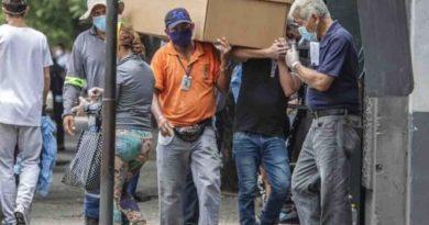 Denuncia gobierno ecuatoriano mal manejo de cadáveres en Guayaquil