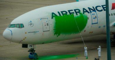 Greenpeace pinta de verde un avión de Air France para exigir menos vuelos
